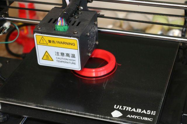 Ein 3D-Drucker druckt einen roten Ring.