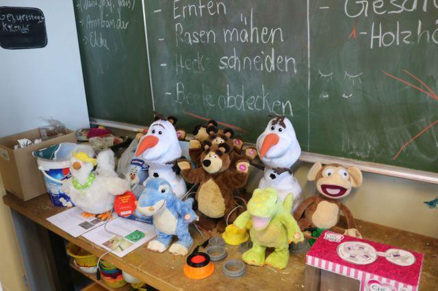 Die Umgebauten Spielzeuge auf dem Tisch: Huhn, Affe, Dino, Bär, Schneemann usw.